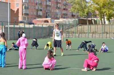Frivillig som jobber med skolejenter på sportprosjektet i Mongolia