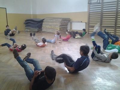 Frivillig som trener en gruppe barn innendørs på sportsprosjekt i Romania