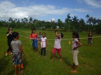 Frivillig trener volleyballelever på en klubb på Samoa