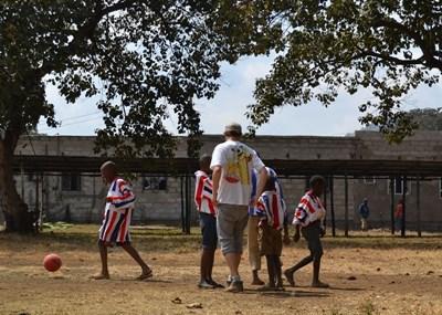 Sportsfrivillig trener skolebarn i Tanzania