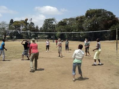 Frivillig trener volleyball til skolebarn i Tanzania, Afrika