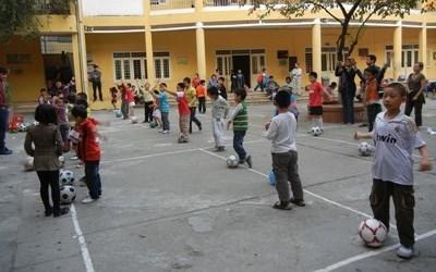 Sportsfrivillig underviser en klasse i kroppsøving i Vietnam