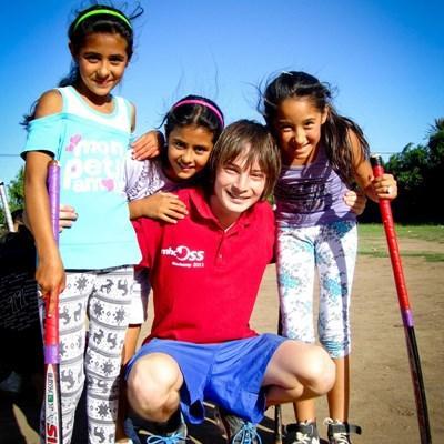 Frivillig underviser barn i sport i Argentina