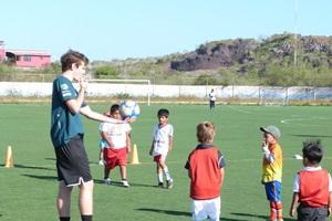 Frivillig som leder en fotballtrening på en skole i Ecuador