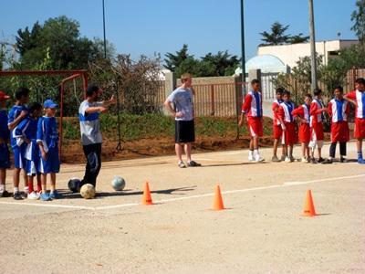 Frivillig som trener fotball med barn i Marokko