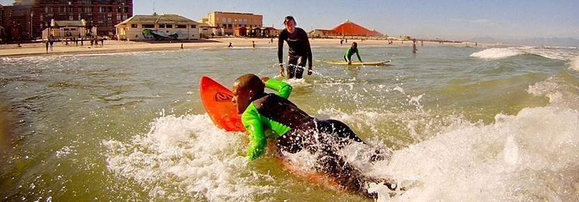 Frivillige gir surfeundervisning til barn i utviklingsland med Projects Abroad