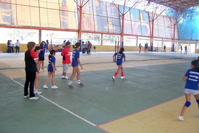 Frivillige spiller volleyball med skolebarn i Bolivia