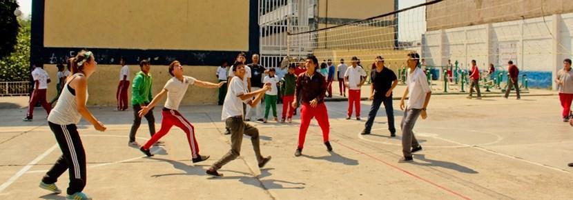 Frivillig på en volleyballtrening med elever i utlandet med Projects Abroad