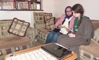 Frivillig praktiserer arabisk med en lokal i Marokko