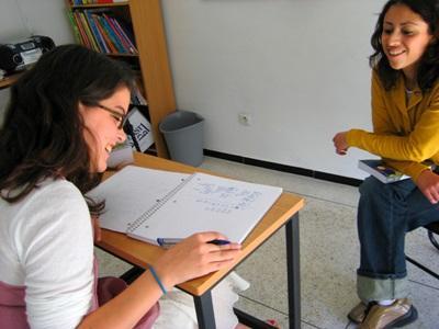 Frivillig arbeider én-til-én sammen med en lærer for å lære seg arabisk