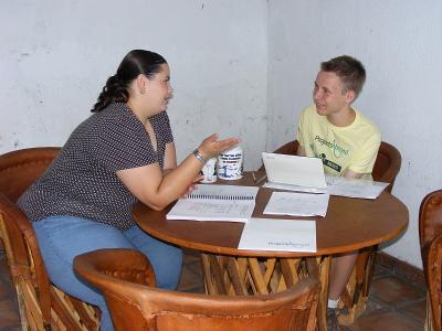 En ung gutt lærer engelsk av en lokal lærer i Mexico