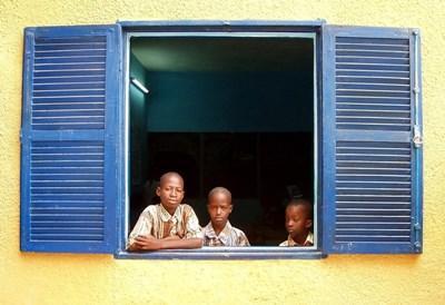 Studenter i klasserommets vindu på en plassering i Senegal