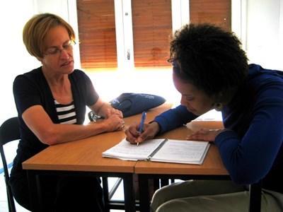 Frivillige lærer fransk med en Projects Abroadlærer