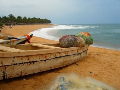 En fiskebåt på land i Togo