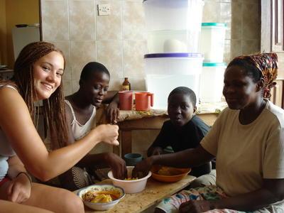 Frivillig lærer seg twi med en lokal kvinne i Ghana