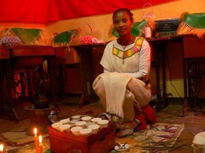 Etiopisk jente kledd i tradisjonelle klær