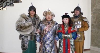 Frivillig kledd i tradisjonell mongolsk drakt for å lære om kulturen