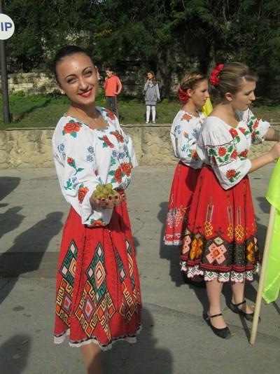 Lokal rumensk dame kledd i tradisjonell drakt på en festival