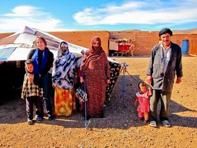 Frivillig som lærer seg tamazight når hun lever sammen med en nomadefamilie