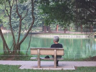 Lokal mann i Vietnam i en park nær plasseringen sin