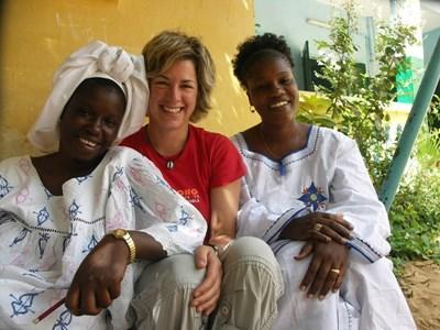 Frivillig lærer wolof med lokale kvinner i Senegal