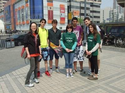 Frivillige i Kina praktiserer mandarin på gaten