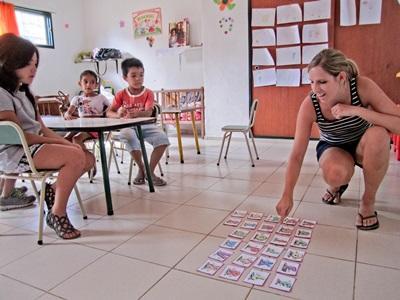 Frivillig lager lærerike spill for elever på undervisningsprosjektet i Argentina