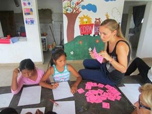 VFrivillig underviser barn på en barneskole i Argentina
