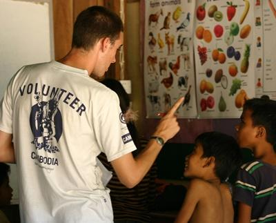 Frivillig i Kambodsja, lærer klassen sin dyrenavn.