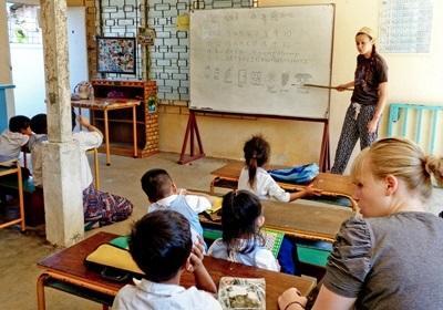 Projects Abroad frivillige underviser sine elever i et klasserom i Kambodsja, Asia.