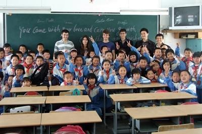Frivillige med klassen sin på en skole i Kina
