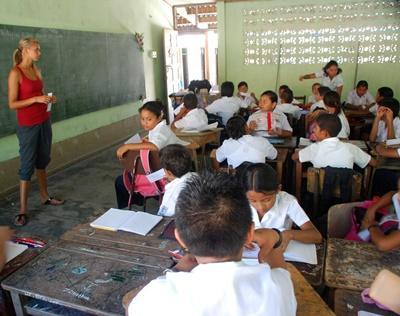 Kvinnelig frivillig leder en time for elever på en skole i Costa Rica