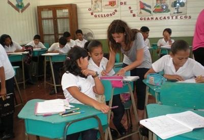 Frivillig hjelper elever med skolearbeid på en skole i Costa Rica