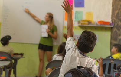 En frivillig underviser i engelsk på en lokal barneskole på Galapagosøyene, Ecuador