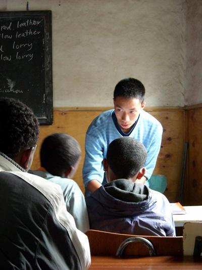 Frivillig engelsklærer i en time med skolebarn i Etiopia