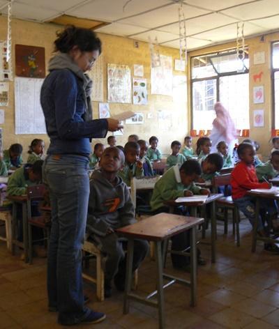 Frivillig underviser i et klasserom i Etiopia med Projects Abroad