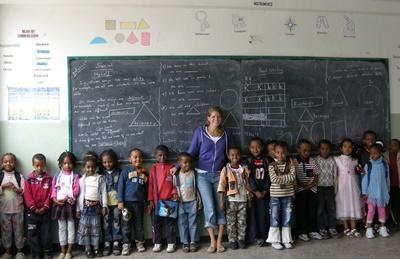 Frivillig sammen med klassen sin på en skole i Etiopia