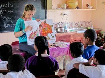 Frivillig leser en fortelling til en klasse på en skole på Fiji