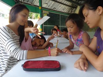 Frivillig på et Undervisningsprosjekt jobber med skolebarn på Filippinene
