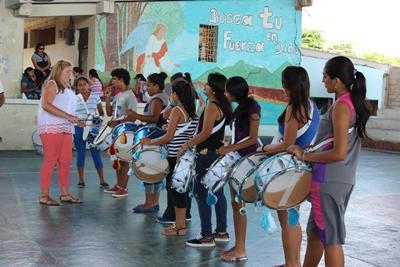 En Projects Abroad-frivillig underviser i musikk på Galapagosøyene