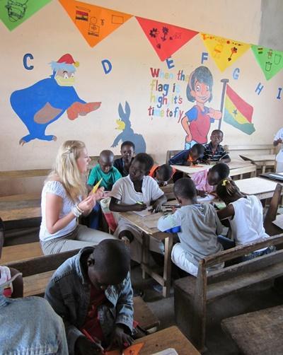 Frivillig underviser barn i et klasserom i Ghana med Projects Abroad