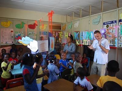 Frivillige leder en klasse på undervisningsprosjektet på en skole på Jamaica