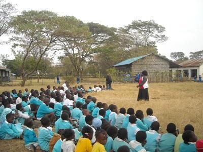 Frivillige på undervisningsprosjektet jobber med elever i små landlige samfunn i Kenya