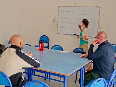 Frivillig underviser eldre studenter på en institusjon i Marokko