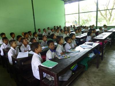 En stor klasse med mange elever i full konsentrasjon