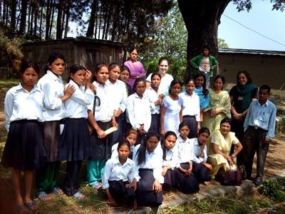 Klasse med kvinnelige elever på en skole i Nepal hvor frivillige på undervisningsprosjektet jobber