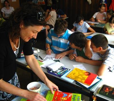 Frivillig som gjør kunst og håndverk med elever på en skole i Romania