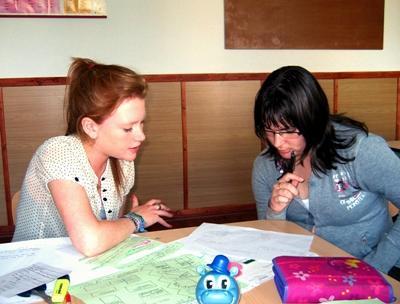 Frivillig lærer i Romania som jobber med voksne på skoler og institusjoner