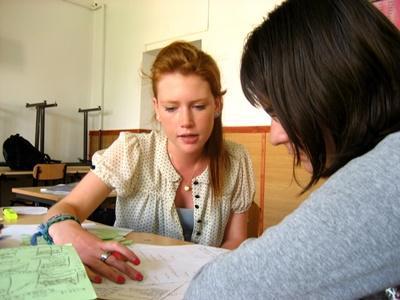 Frivillig veileder elever på et Undervisningsprosjekt i Romania med Projects Abroad