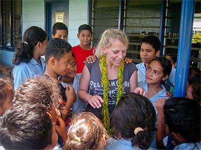 Frivillig lærer med ungdomselever på en skole på Samoa